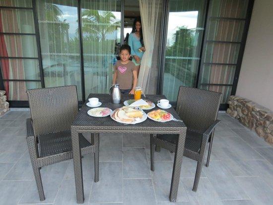 Manava Suite Resort Tahiti : Livraison du petit déj...des enfants