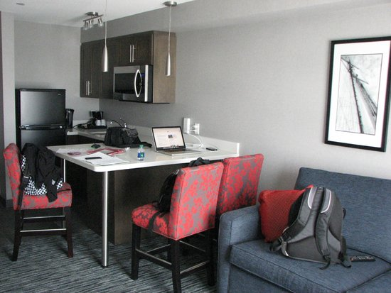 Holiday Inn Express Hotel & Suites Riverport: Clean and new living area
