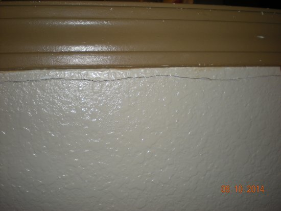Econo Lodge Inn & Suites: Cracks on the wall/ceiling