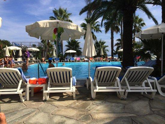 Hotel Caravelle Talasso e Benessere: La piscine avec ses magnifiques palmiers