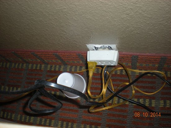 Econo Lodge Inn & Suites: Cup & another outlet behind dresser