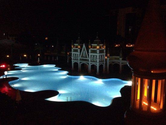 Kamelya K Club : Pool at night.
