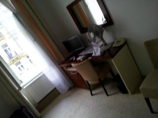 Hotel Atos : tv y  frigobar