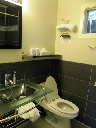Crescent Motel: 4 piece bathroom with modern and clean facilities.