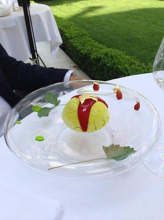 Epicure : POMME VERTE  givrée, zestes de citron et basilic,  élixir de fraises des bois