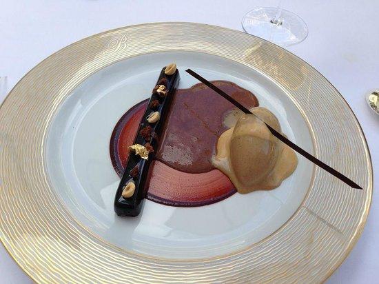 Epicure : CHOCOLAT PUR CARAIBES  glacé aux grains de café torréfiés,  émulsion de caramel aux épices