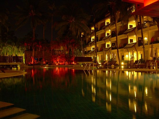 Swissotel Resort Phuket Kamala Beach: Pool at night