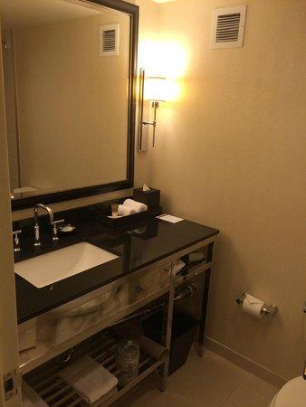 Hyatt Regency New Orleans: Clean and modern bathroom