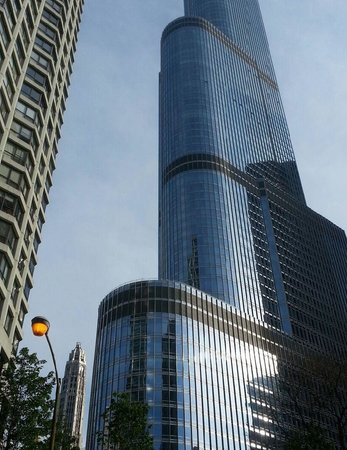 Trump International Hotel & Tower Chicago : ON THE GROUND VEW OF THE TRUMP