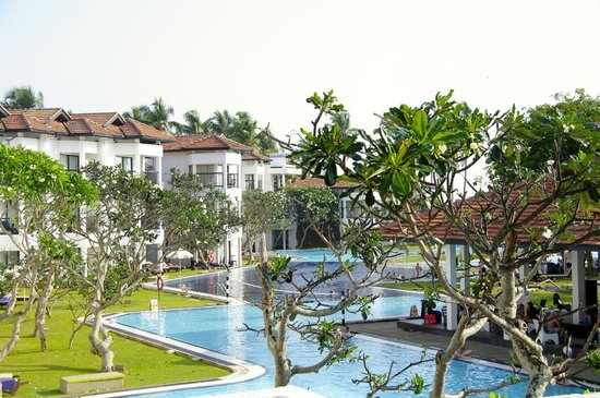 Club Hotel Dolphin: Global view on the main building and huge swimming pool