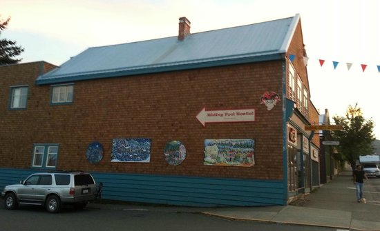 The Riding Fool Hostel: Hotel is located right on the Main St in Cumberland with a bike shop on the ground floor