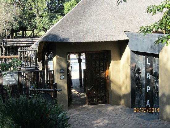 Protea Hotel by Marriott Kruger Gate : Entrance to the Outdoor Buffet (Lapa)