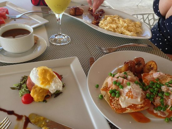 Le Blanc Spa Resort: Breakfast on the terrace with huevos motulenos and eggs benedict