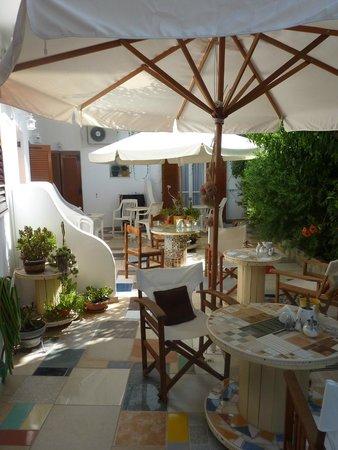 Cyclades Hotel and Studios: la terrasse des petits déjeuners