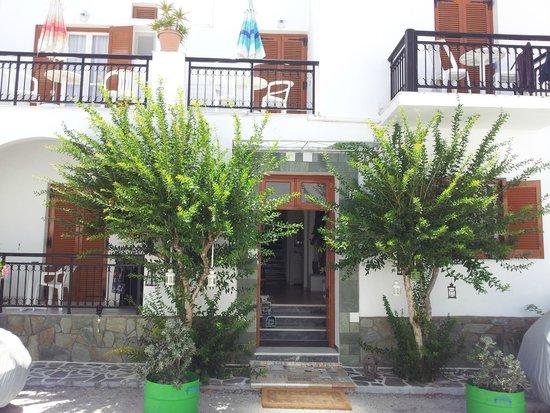 Cyclades Hotel and Studios: entrée de l'hôtel