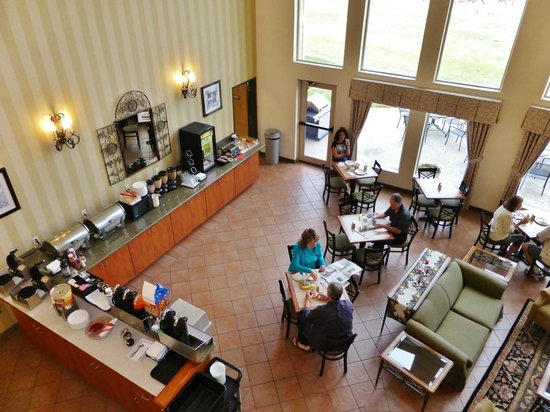 Best Western Plus Grapevine Inn: breakfast room with view on the vineyard
