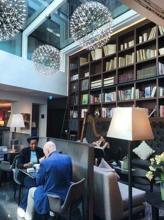 Hotel Milano Scala : Harpist @ Breakfast
