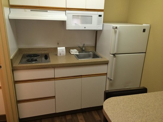 Extended Stay America - Seattle - Redmond: Outdated kitchen