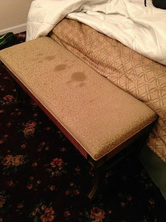 International Inn and Suites on Cape Cod: Stained bench