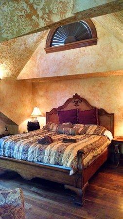 Landoll's Mohican Castle: Gale Suite bedroom