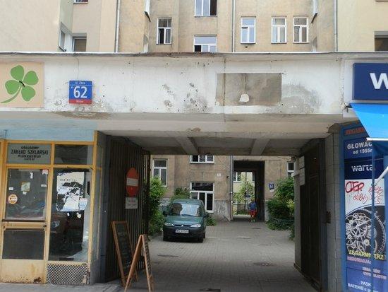 Fragment of Ghetto Wall: puerta de acceso
