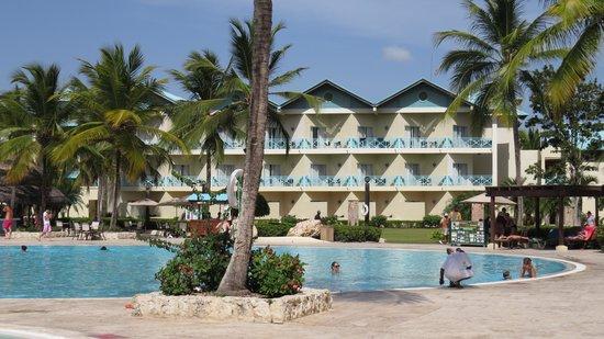 Dreams La Romana Resort & Spa: piscine principale et batiment des chambres