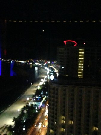 Sheraton Nha Trang Hotel and Spa: Вечерний город