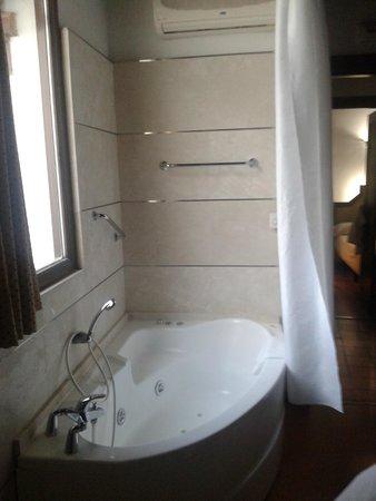 Apartamentos Muralla Ziri: Consola de aire acondicionado detras de cortina para tapar la bañera dentro de la habitacion