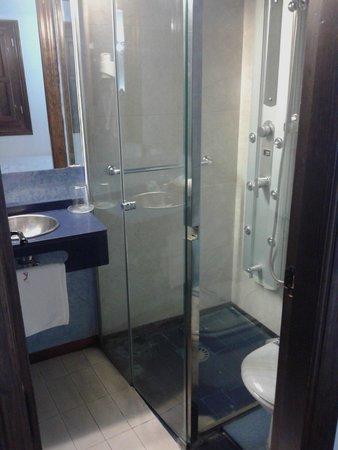 Apartamentos Muralla Ziri: Baño muy pequeño