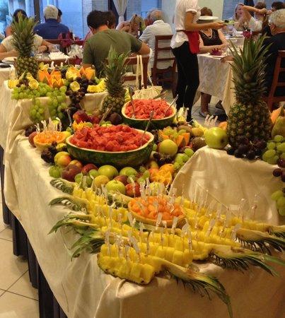 Hotel Acrux: Buffet di frutta il 15 di agosto