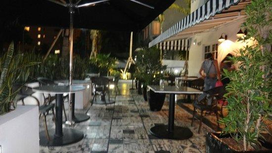 Hotel Croydon: En la zona exterior del bar y zona de desayuno