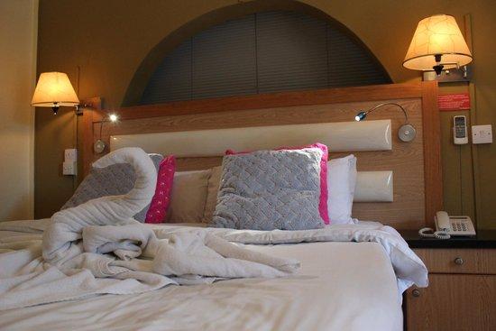 Pereybere Hotel & Apartments: Towel Swan