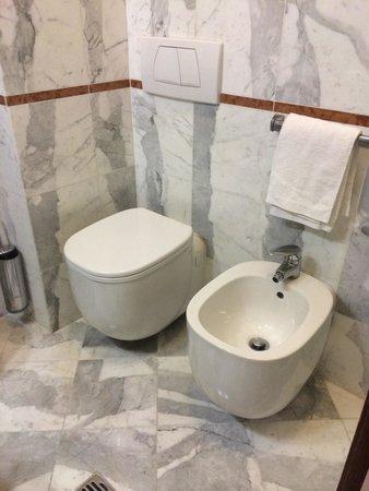 Grand Hotel Duomo: Bathroom