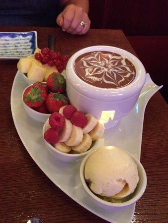 Berns Asiatiska: Passar att dela på två. Omöjlig att äta upp själv för de flesta. Choklad fondue.