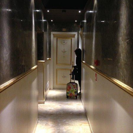 Hotel Canaletto: Pasillo para entrar en habitacion