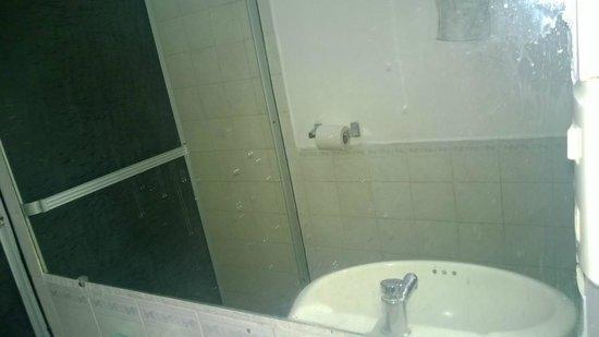 Apart Hotel Villa Nuria: espejo del baño