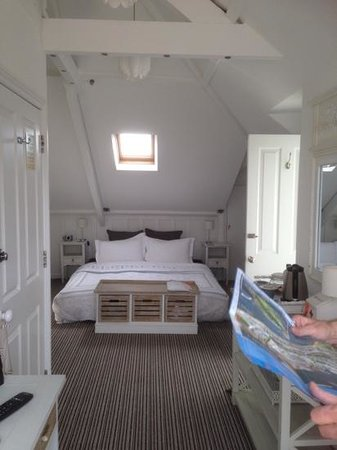 Highcliffe Contemporary Bed and Breakfast: some of room 7