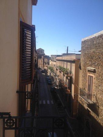 Vittorio Emanuele Bed & Breakfast: Il Corso V. Emanuele visto dalla camera, verso sx....