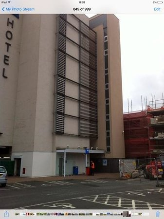 Hotel ibis budget Glasgow: the entrance is behind the orange jacketed man