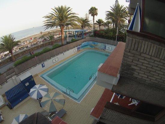 Apartamentos El Paseo: Vistas a la piscina y playa