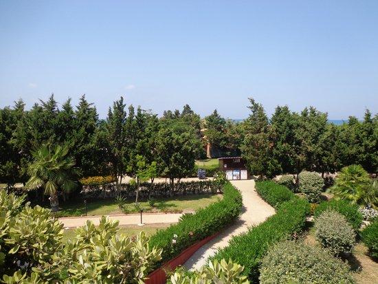 Fiesta Hotel Athènee Palace: Hotel garden view