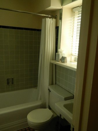 State Plaza Hotel: Bathroom