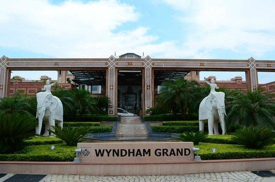 Wyndham Grand: Front Facade