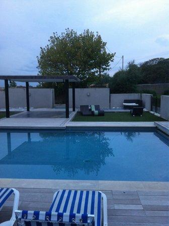 Fabregues, France : Vue sur piscine zen