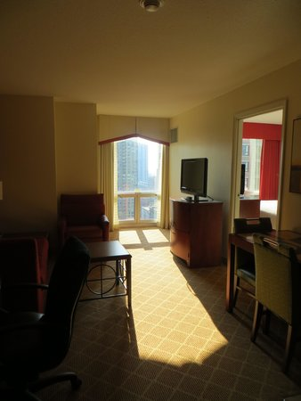 Residence Inn Chicago Downtown/River North: Salon de la chambre 2405