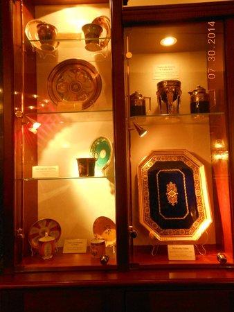 Hotel Stefanie: Antiques display
