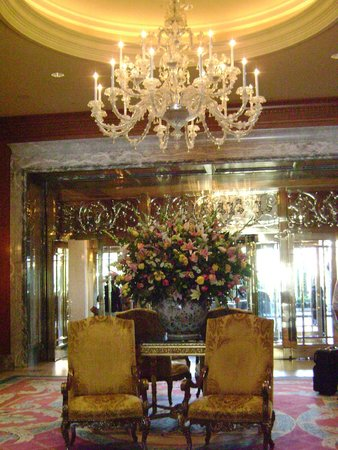 Grand America Hotel: The entryway, to the lobby