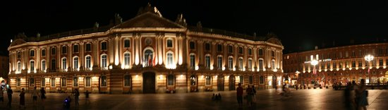 Place du Capitole : Panoramic shot of the buildings round the Pace Du Capitol