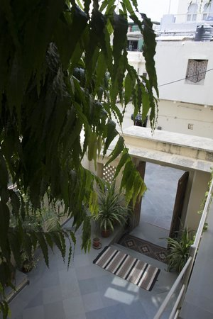 Hotel Aashiya Haveli: Looking Down to Lobby