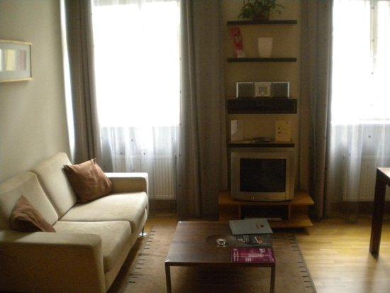 Mamaison Residence Belgicka Prague : Salon avec canapé, TV, lecteur DVD et mini chaine hifi